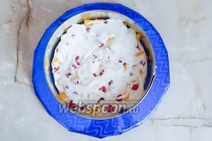 2 столовыми ложками крема покрываем малину и персики. Накрываем вторым коржом и немного прижимаем.