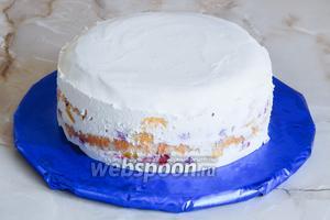 Желатин довольно быстро схватывается. Ножом проводим вдоль бортиков, снимаем их и освобождаем торт. Он готов — переходим к декору.