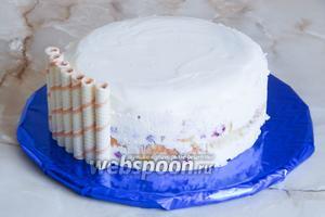 Украшаем торт трубочками — просто ставим их вертикально по всей окружности торта. Они прекрасно прилипают к крему.