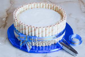 Для этого нужна упаковочная лента и степлер. Обвязывает торт, закрепляем ленту на 2 узла, лишнее срезаем или завязываем бантик. Кстати, бантик можно сделать самим из этой ленты, а затем прикрепить к месту завязок степлером.