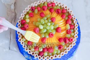 Теперь заливка — то есть покрытие нашего тортика. Оно не только придаст изделию законченный глянцевый вид, но и скрепит ягодки и фрукты. Желе должно быть консистенции киселя, чтобы можно было им покрывать ягоды и фрукты. Малину смазывать не надо — она красива в своём естественном матовом состоянии.