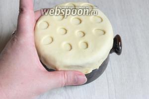 Горлышко смажем маслом растительным и накроем нашими кружками.