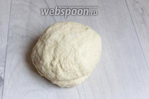 Пока молоко остывает делаем тесто. Смешаем кефир, соль, яйцо, масло растопленное, сахар, муку. Замесим тесто.
