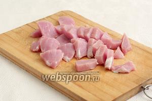 Свинину нарезать не очень крупными кусочками.