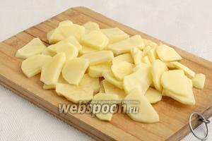 Картофель нарезать средними ломтиками.
