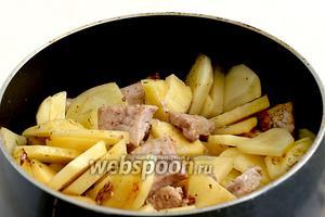 Добавить картошку. Жарить на небольшом огне до лёгкого  румяного цвета. Картошка ещё не будет полностью готова, как нужно добавить сладкий перец. Жарить перемешивая 3 минуты.