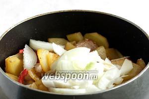 Добавить нарезанный лук. Я люблю нарезать лук крупно, тогда во время жарки он не успевает превратиться в кашу. Помешивая  жарить до готовности картофеля. Попробовать на соль и если нужно ещё подсолить.