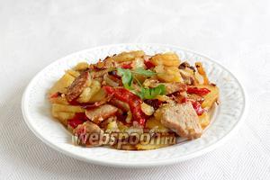 Подавать жаркое по-домашнему со свежими овощами.