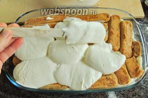 Вторую порцию крема наносим на печенье и выравниваем.