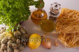 Если у вас живые венерки, то их желательно положить на сутки в воду, чтобы они хотя бы немного вымыли из себя песок. В рецепте есть 2 компонента, применяемые по вкусу — это лимон и свежемолотый перец, в основной состав соуса они не входят. Макаронные изделия могут быть любыми, хотя классически данный соус подаётся к спагетти. Количество оливкового масла может начинаться от 50 мл (верхний предел регулируется исключительно вкусовыми пристрастиями едоков). Соль в соус не идёт (потому что у венерок сок солоноватый), но используется при варке пасты, а потом ещё каждый может сам досолить у себя в тарелке. Первого шага на фотографиях не видно — нужно закипятить воду для макарон, потому что соус, в принципе, готовится быстро.