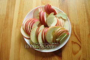 Яблоки моем, режем на пополам, вырезаем середину и нарезаем тонко ломтиками.