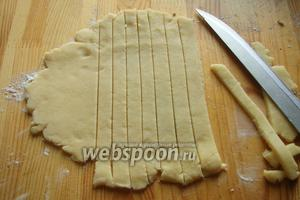 Далее берём обрезки из теста раскатываем и режем на полоски.