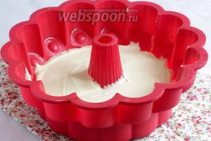 Выложить тесто в форму и поставить выпекать в разогретую духовку. Духовку нагреть до 180°С, а время выпечки — 50 минут. Испечённый кекс оставить в форме до полного остывания.