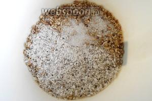 Высыпаем эту смесь в миску, где будем замешивать тесто. Туда кладём кокосовую стружку, сахар и щепотку соли. И всё перемешиваем.