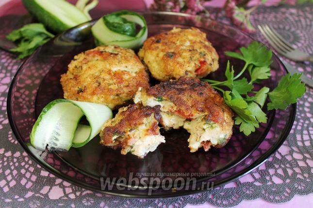Фото Куриные котлеты с сыром и помидорами