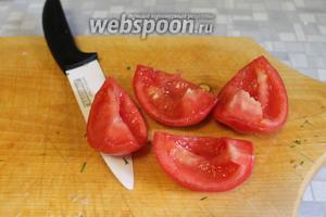 У помидора вынуть сердцевину.