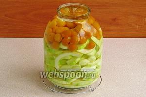 Залить цукини и алычу кипящей водой, прикрыть крышкой и оставить на 10 минут.