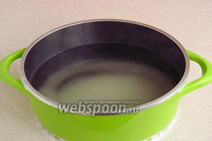По истечении указанного времени, бланшировочную жидкость слить в кастрюлю, всыпать в неё сахар  и довести до кипения.