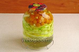 Залить кипящим сиропом цукини и алычу и сразу же закатать прокипячённой крышкой.