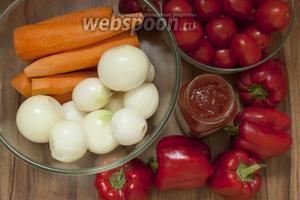 Подготовьте морковь, лук, помидоры, перец, томатный соус (нужен Краснодарский), также понадобится сахар, масло растительное, соль — по вкусу (я кладу примерно 1 ст. л.).