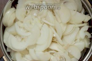 Добавить к овощам очищенный и нарезанный полукольцами репчатый лук.