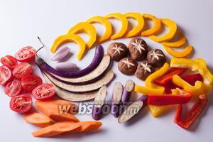 С листьями шпината и зелёным горошком делать ничего не нужно, а всё остальное следует по-японски стильно нарезать. Тыква идёт в темпуру пластинками, перцы — клинышками, морковь — шайбами, баклажаны и цукини — или шайбами, или разложенные на вот такие веера. Ещё красивый вариант из этих овощей — спиральки, но там нужна специальная резалка и более толстые плоды, чем у меня. Помидоры черри делятся пополам. На шиитаки наносится нарезка в виде звёздочки (предварительно у них удаляются ножки).