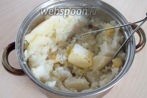 Когда картофель разварятся, слейте воду, добавьте масло, соль, перец и разомните толкушкой.