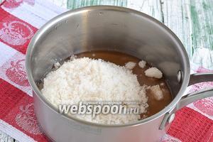 Для маринада соединить уксус и сахар.