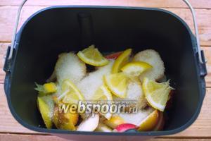 Нарезанные груши поместите в ведро хлебопечки. Нож для замеса в ведро не вставляйте. Он не нужен. Засыпьте сахаром. Добавьте крупно нарезанный лимон (косточки удалите).