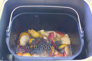 Через 30 минут после начала варки варенья, забросьте мак в ведро. Перемешайте силиконовой лопаткой и снова закройте хлебопечку. Пусть варенье дальше варится.
