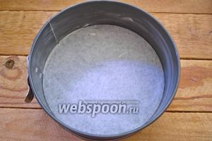 Дно формы для запекания (диаметр 18 см) выстелить бумагой для выпечки. Края формы смазать маслом.