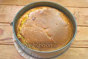 Разогрейте духовку до 200°С. Выпекайте пирог в духовке около 40 минут до готовности. Готовность проверить деревянной палочкой. Пирогу дать остыть в форме, уже тёплым, вынуть из формы и удалить бумагу.