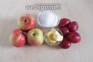 Подготовьте ингредиенты для фруктово-карамельного соуса: яблоки, сливы, сахар и сливочное масло.