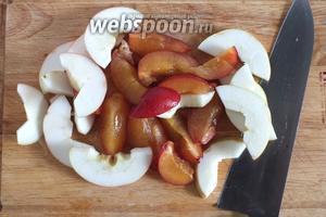 Пока тесто отдыхает, приготовьте соус. Вымойте фрукты, у яблок удалите сердцевину, у слив — косточки. Нарежьте фрукты небольшими ломтиками