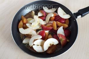 Выложите в сковороду фрукты и, помешивая, готовьте ещё минуты 2-3.
