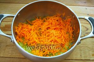 Морковь натереть на крупную тёрку. Добавить к овощной массе.