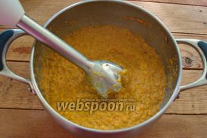 Готовую массу пюрируйте блендером. Добавьте уксус, соль и перец по вкусу. Верните массу на плиту. Варите 3-5 минут. За 2 минуты до окончания варки добавьте выдавленный через пресс чеснок.