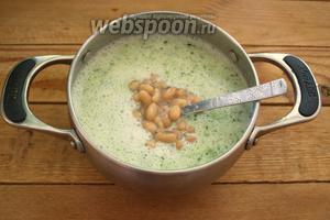 Переложите жидкость из блендера в кастрюлю. Добавьте готовую фасоль без жидкости.