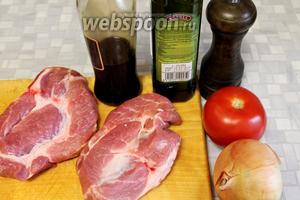 Для приготовления стейка взять 2 куска шейной части, соевый соус, оливковое масло, перец свежемолотый, соль, помидор и лук.
