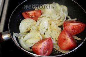 Когда он чуть зарумянится, уложить в промежутки между луком помидоры, кожицей вниз, слегка пожарить до мягкости — минуты 3, поперчить и посолить.