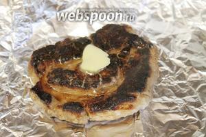 Приготовить кусок фольги, на который уложить обжаренное мясо, можно положить на него кусочек сливочного масла.