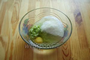 Далее добавляем яйцо, сахар и растительное масло, всё перемешиваем венчиком.