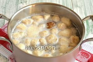 Залить грибы водой и довести до кипения. Первую воду с пеной слить.