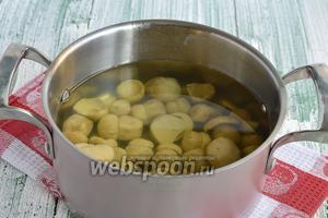 Опять залить водой. Добавить немного соли и уксуса. Довести до кипения и готовить 15-20 минут. Показателем готовности грибов будет то, что они опустятся на дно.