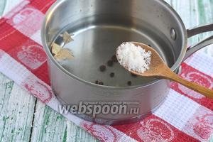 Для маринада соединить воду, соль, сахар, перцы и лавровый лист. Довести до кипения и прокипятить 3 минуты. Добавить уксус. Довести до кипения.