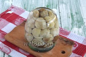 Залить грибы кипящим маринадом. Закатать, перевернуть и оставить в таком состоянии до полного охлаждения.