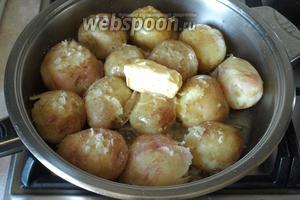Добавить в картофель сливочное масло и посолить. Сварить до готовности.
