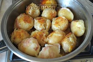 Слить лишнюю воду из сковороды, картофель раздавить донышком стакана, чтоб он треснул. У меня оказался сорт, который сильно разваривается, но на вкус готового картофеля это не повлияло. Обжарить картофель до золотистой корочки с двух сторон.