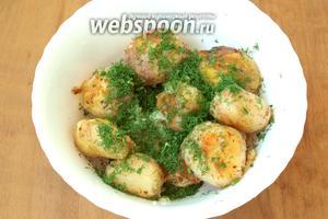 Переложить картофель в глубокую миску, щедро посыпать нарезанным укропом и выдавить чеснок. Такую картошку очень вкусно подавать со сметаной! Приятного аппетита!