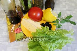 Для приготовления салата возьмём помидор, салатные листья, твёрдый сыр, маслины, мяту, каперсы, горчицу, соевый соус, оливковое масло и свежемолотый чёрный перец.